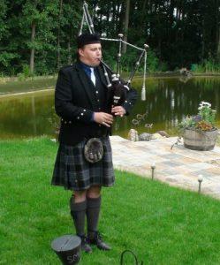 Dudelsackspieler Björn Frauendienst bei einem Auftritt in einem Privatgarten