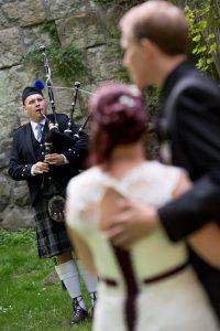 Dudelsackspieler Björn Frauendienst mit glücklichem Brautpaar